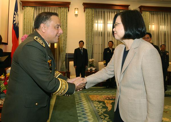 Guatemala Defence Minister Gen. Luis Miguel Ralda Moreno with President Tsai