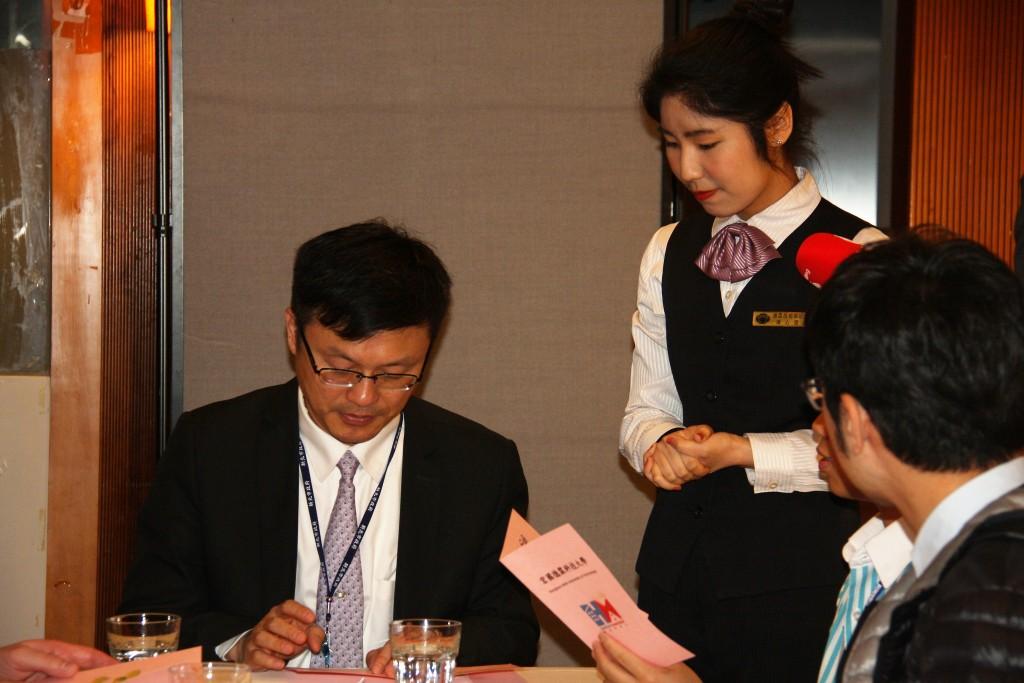 張局長與學生進行職場英語體驗 (新北市政府教育局提供)