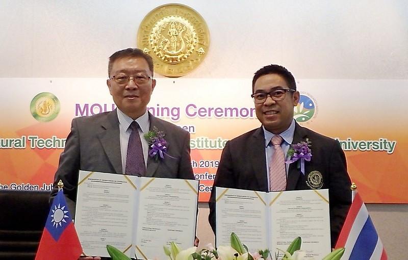 臺灣農科院陳建斌院長(左)與泰國國立農業大學 Kampanart副校長(右)簽訂農業科技產業育成合作備忘錄(MOU) (圖片由農科院提供)