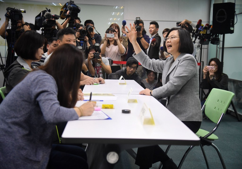 President Tsai Ing-wen (right) registered for the DPP presidential primaries Thursday.