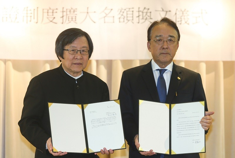 The agreement was signed by Taiwan-Japan Relations Association Director Chiou I-jen (left) and Japan-Taiwan Exchange Association Chief Representative ...