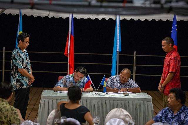 帛琉副總統歐宜樓及台灣外交部長吳釗燮在台北時間22日簽署海巡合作協定。(照片提供:總統府)