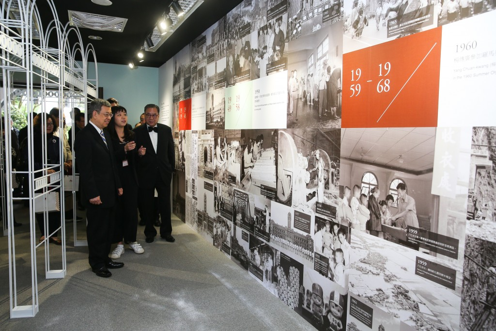 Vice President Chen Chien-jen (first left in foreground) visits the Presidential Office centenary exhibition.