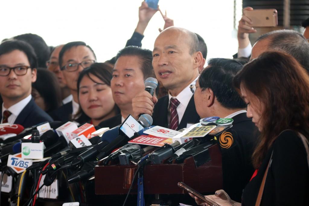 高雄市長韓國瑜(前排右4)22日訪問香港,他答覆記者詢問時說,希望高雄和香港今後多往來,擴大人流量,並強調要加強促銷高雄農漁產品到港。中央