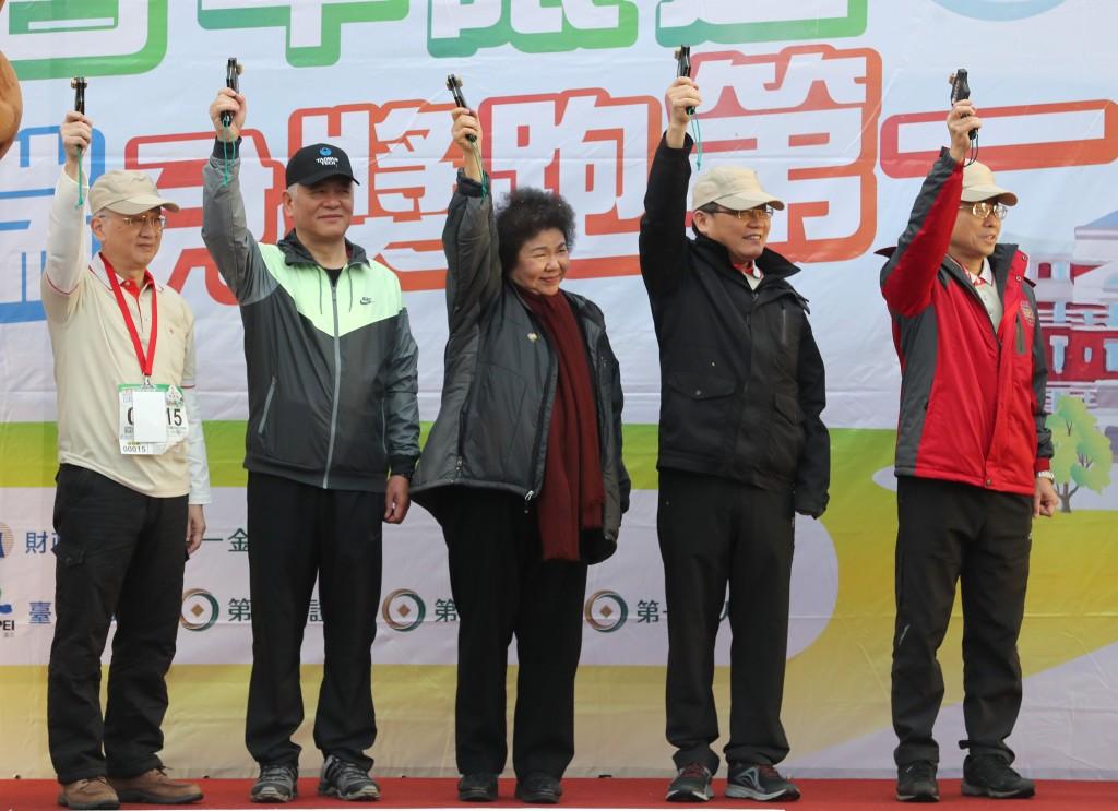 總統府秘書長陳菊(右3)24日在總統府前出席總統府建築百年暨統一發票盃台北場路跑活動,與財政部長蘇建榮(右2)等一起鳴槍。