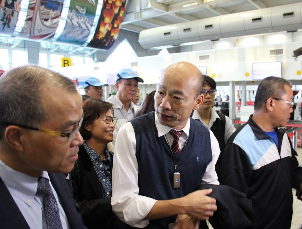 高雄市長韓國瑜(中)22日率團在高雄國際機場搭機出訪,7天行程包括參訪香港、澳門、深圳、廈門,以促進兩岸經貿、 農業、觀光交流。