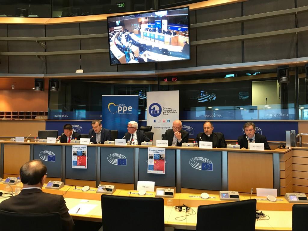 歐洲議會議員蒲睿達、貝柏士及魏登霍澤(講台左2、左3及右3)近日聯署致函歐盟高層,籲譴責中國打壓宗教自由,圖為他們1月共同主持研討會。