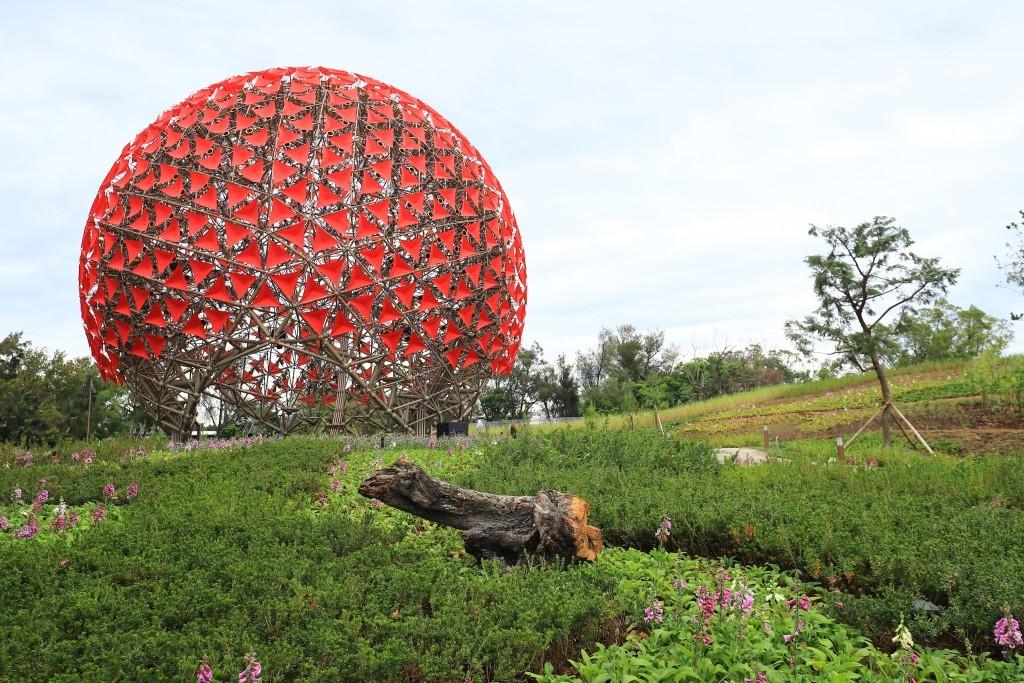「聆聽花開的聲音」這朵地表最大機械花由697個仿生花開裝置組成,白天、晚上有不同光影變化。(圖/台中觀光旅遊網)