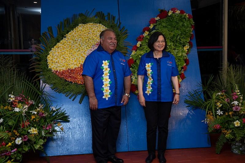 Tsai Ing-wen (right) and Nauru president Baron Divavesi Waqa (Photo/Office of the President)