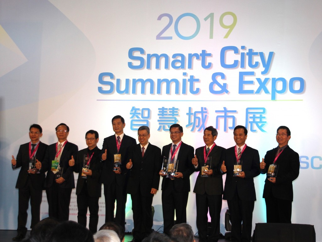 Taiwan Vice President Chen Chien-jen (fifth from left) poses with innovative application award winners at the SCSE show on March 26, 2019.