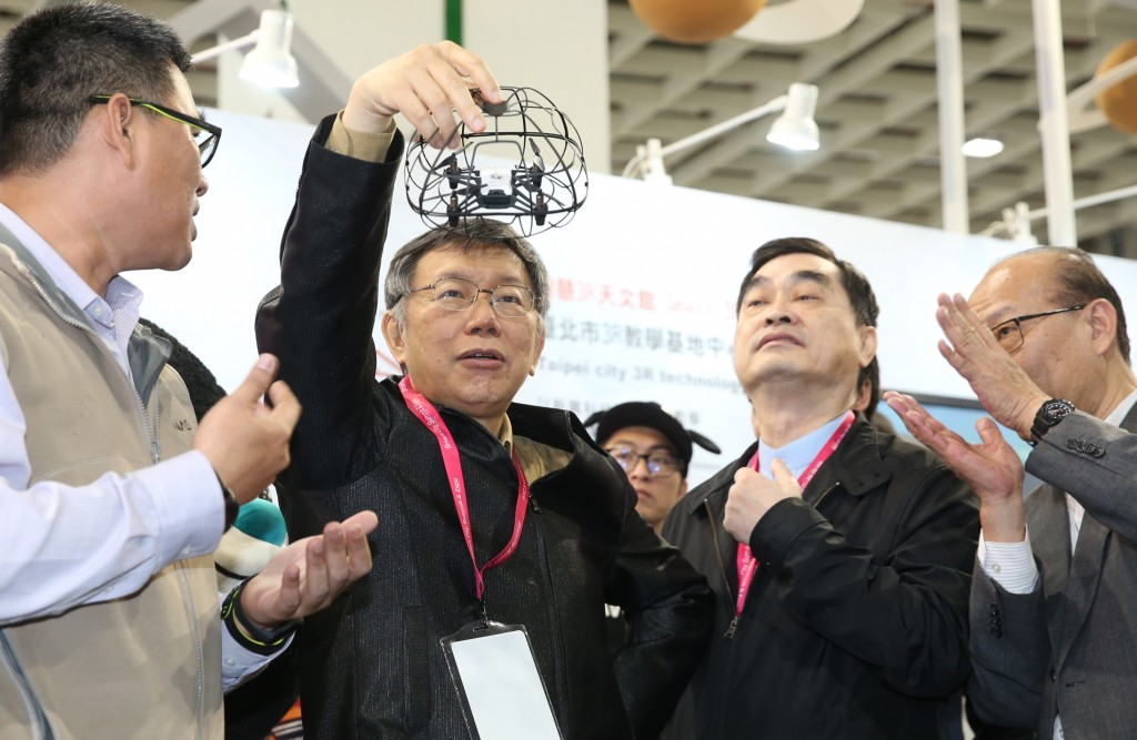 Taipei Mayor Ko Wen-je and Deputy Taipei Mayor Teng Chia-chi (second-right) take part in the 2019 Smart City Summit & Expo in Taipei on March 26 (Sour