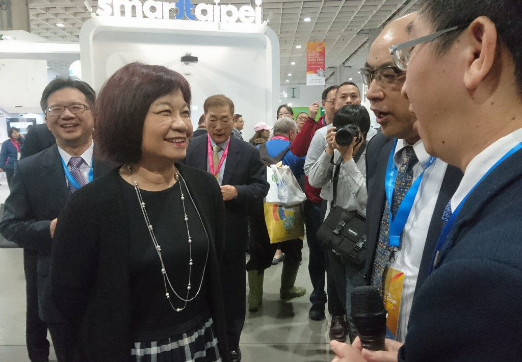 NDC Minister Chen Mei-ling (left) announces the formation of a blockchain alliance.