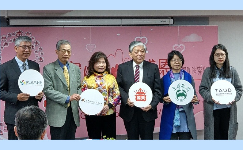 I-Mei Foods CEO Luis Ko (third from right) presents this year's partners at the company's 85th anniversary celebration.