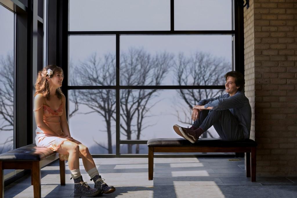 【愛上觸不到的你】寇爾史普洛茲(右)與領銜主演海莉盧理查森(左)在片中浪漫談情。(圖/采昌國際多媒體)