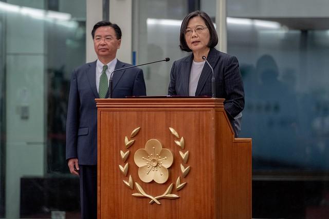 蔡英文總統(右)28日晚間結束「海洋民主之旅」返抵國門,在桃園機場發表談話。(圖/總統府)