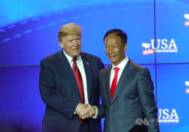 Hon Hai Chairman Terry Gou (right) and U.S. President Donald Trump. (Photo courtesy CNA)