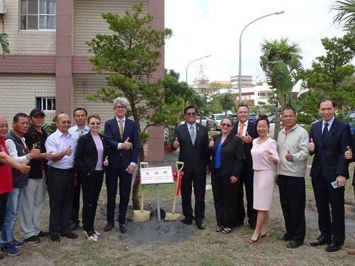 Sunny Isles Beach Mayor George Bud Scholl (7th from left) and Hengchun Township Chief Lu Yu-tung (6th from right)