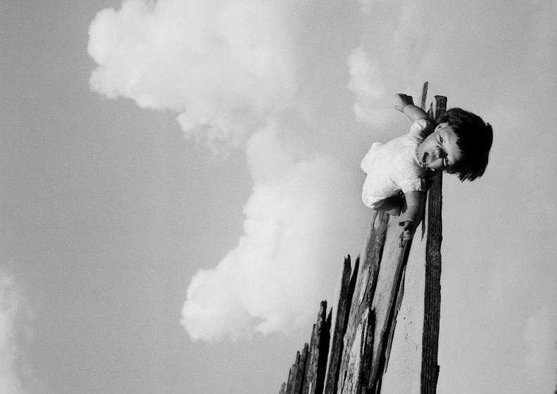 劉霞黑白攝影利用「醜娃兒」揭中國政治迫害(圖/台北當代)