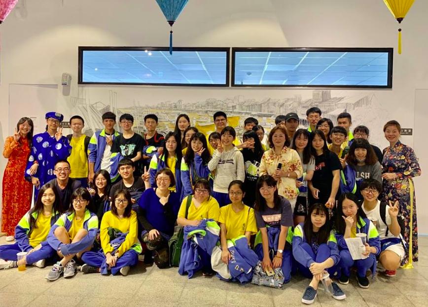 武陵高中的學生前往參觀特展(圖/桃園市新住民文化會館)