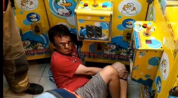 Man's left arm trapped in machine. (Tainan Police Department photo)