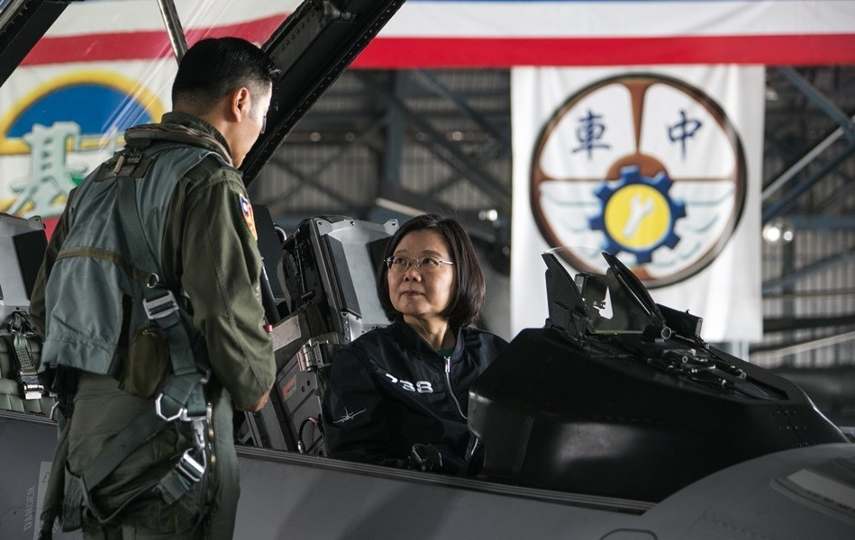 President Tsai Ing-wen sits in an F-16V at the Chiayi Air Force Base Thursday (photo courtesy of Military News Agency).