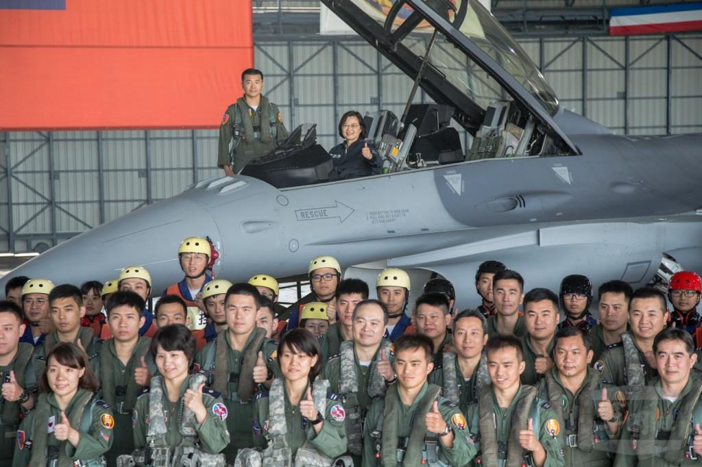 總統蔡英文4日視導空軍第四戰術戰鬥機聯隊,並登上F-16V戰機(照片來源:軍聞社提供)