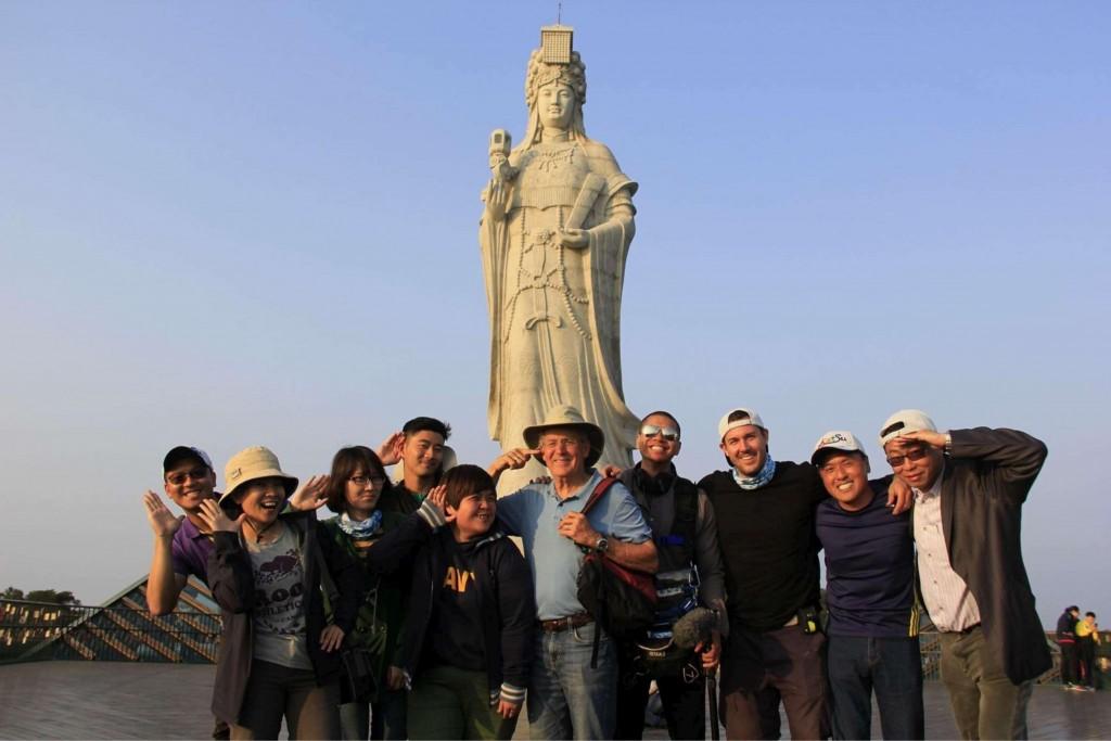 Travelscope拍攝團隊在馬祖媽祖巨神像前俏皮扮演千里眼與順風耳(圖/觀光局)