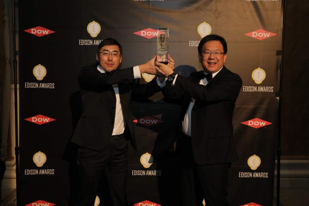 The photo shows ITRI top researcher (right) Dr. Cheng An-Kai and official Dr. Chiang Tsun-chieh are holding the award after the ceremony.