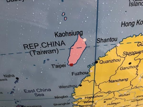 「顛倒的世界」地球儀原本將台灣與中國劃分為不同顏色,引起中國學生抗議(圖/中央社)