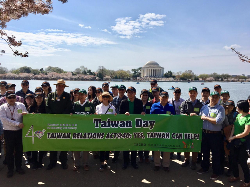 TECRO Representative Stanley Kao (front, fourth left) is joined by volunteers at the Taiwan Day cleanup event marking TRA40 April 7 in Washington. (MO