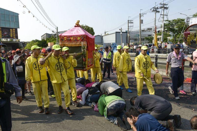 Worshippers kneel beneath a palanquin bearing Mazu, goddess of the sea (Taiwan Today)