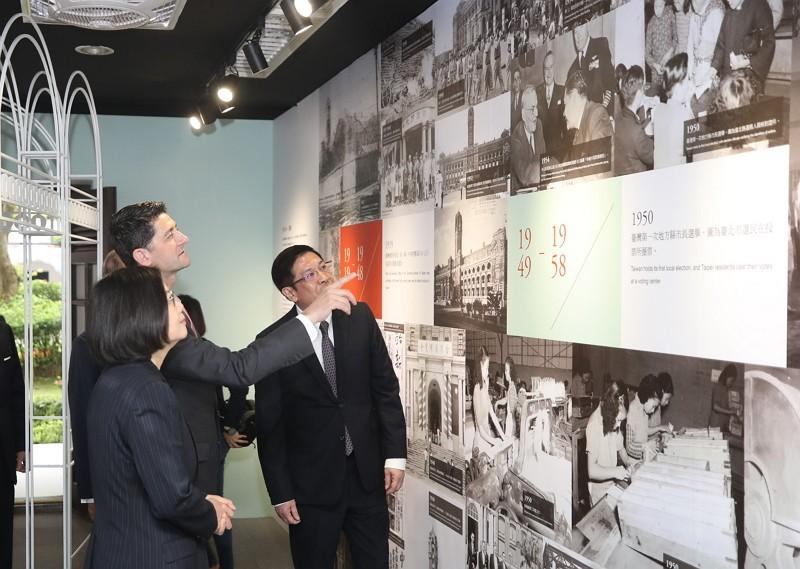 President Tsai provides a guided tour for former US House of Representatives speaker Paul Ryan (Photo/Office of the President)