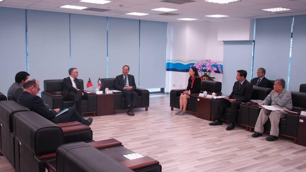 海洋委員會主任委員李仲威與法國在台協會主任紀博偉就海洋業務等議題進行討論。(照片由海洋委員會提供)