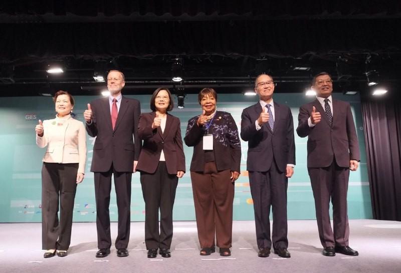 總統蔡英文與美國在台協會處長酈英傑16日出席「女力經濟賦權高峰會」開幕式(照片來源:外交部提供)