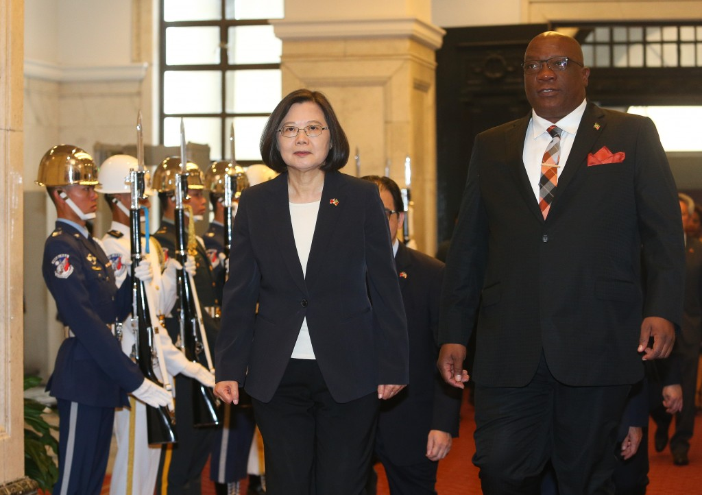 Taiwan President Tsai Ing-wen on April 16 welcomes Prime Minister ofSt. Kitts Timothy Sylvester Harris with military salutes (Source: CNA)