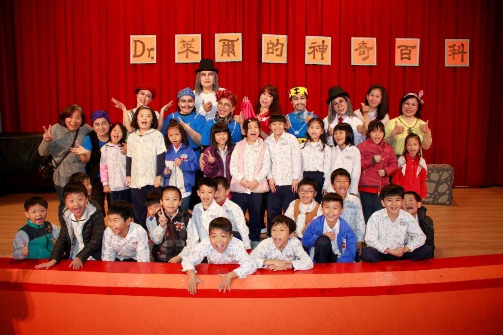 閱讀推手團體組-台灣愛鄰林口彩虹志工團隊粉墨登場。(照片由新北市政府教育局提供)