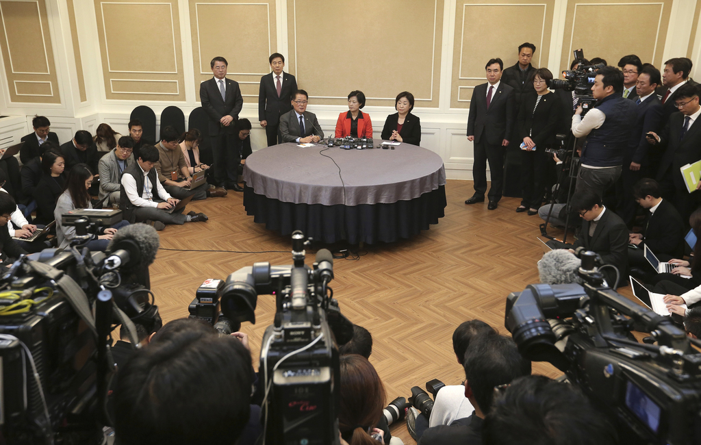 Choo Mi-ae, top center, leader of the main opposition Democratic Party, Park Jie-won, interim leader of the People's Party, and Sim San...