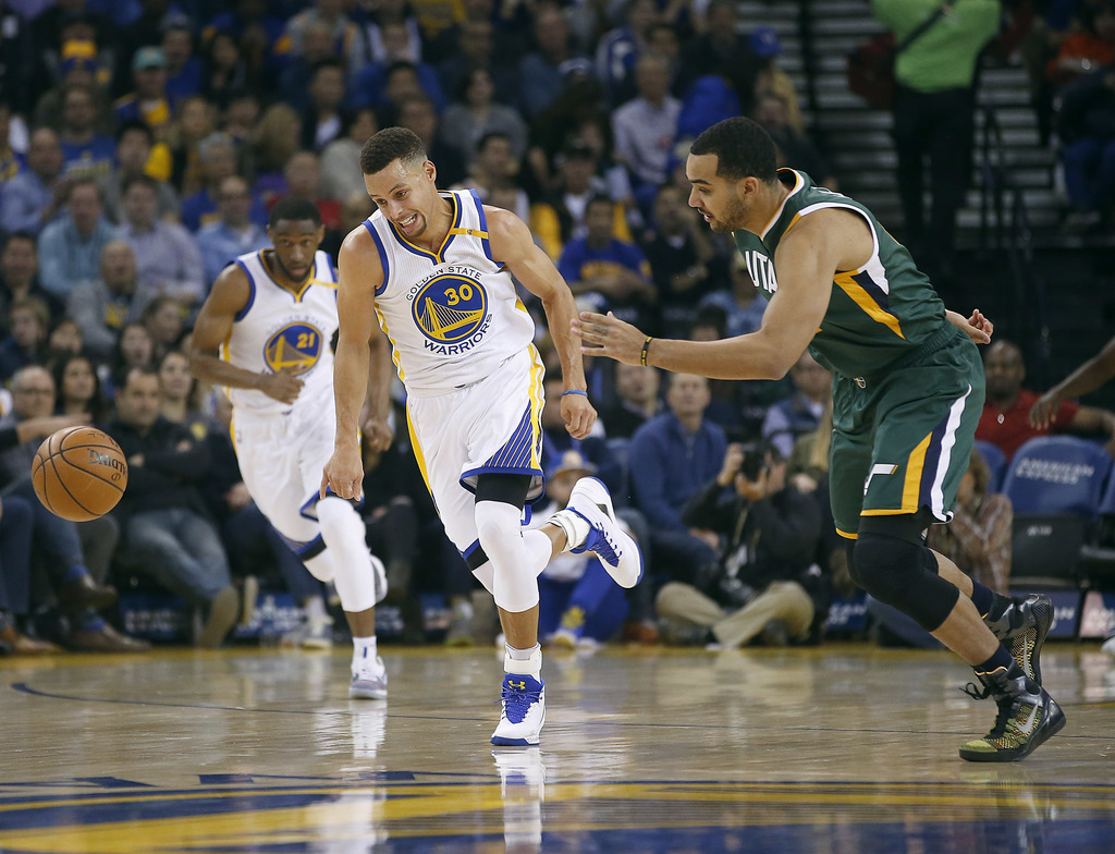 Golden State Warriors guard Stephen Curry (30) chases after a loose ball against Utah Jazz forward Trey Lyles, right, during the first ...