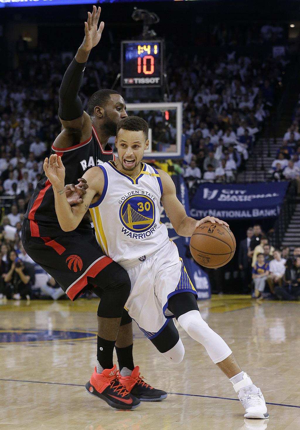 Golden State Warriors guard Stephen Curry (30) dribbles past Toronto Raptors forward Patrick Patterson during the second half of an NBA...
