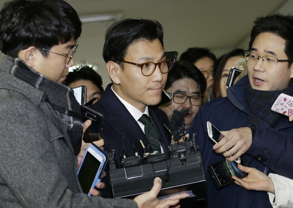 Kim Jae-youl, chief of the sports marketing unit of Samsung Group, center, arrives at the office of the independent counsel in Seoul, S...