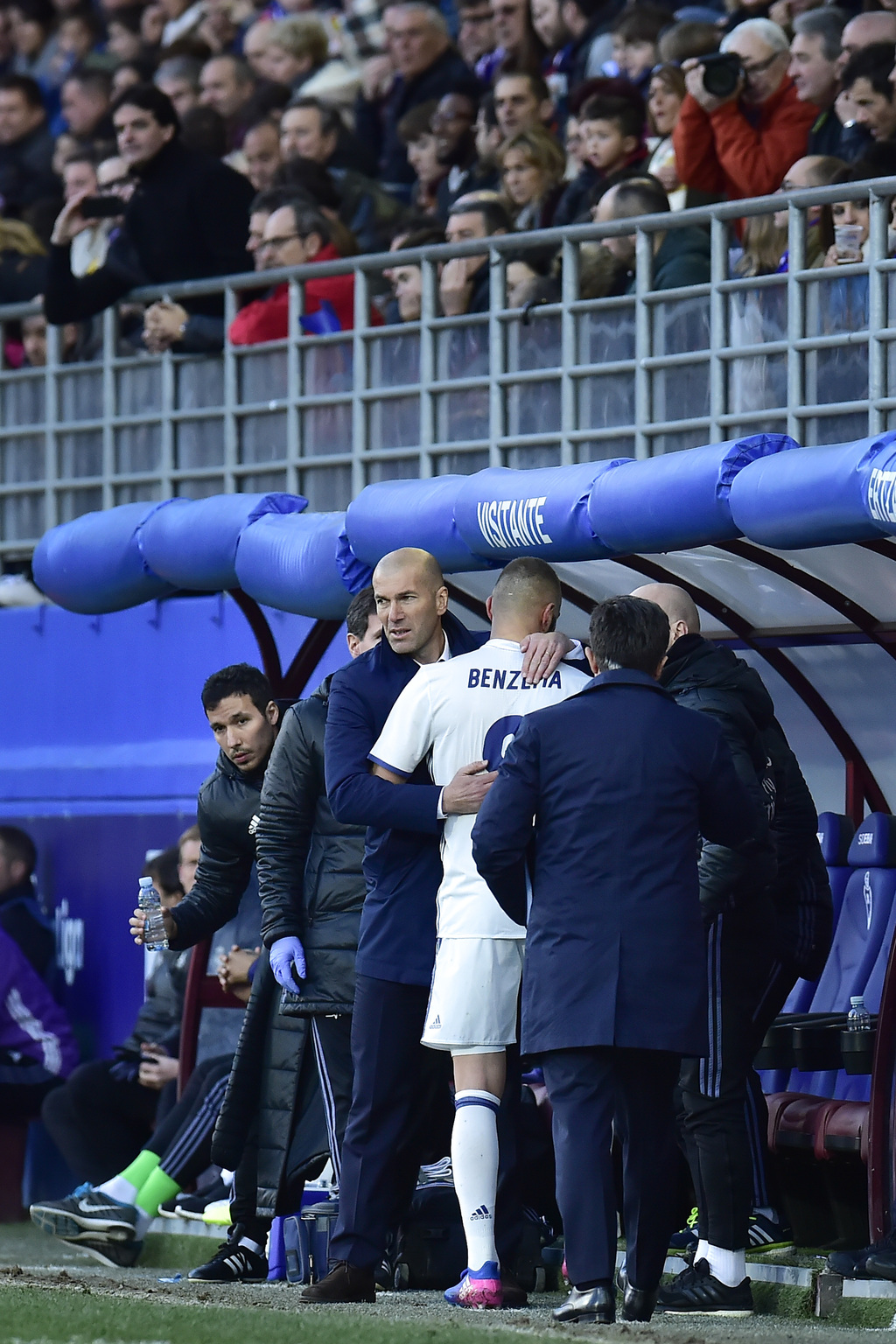 Real Madrid's Karim Benzema, is congratulated by his head coach Zinedine Zidane, after leaving the pitch during the Spanish La Liga soc...