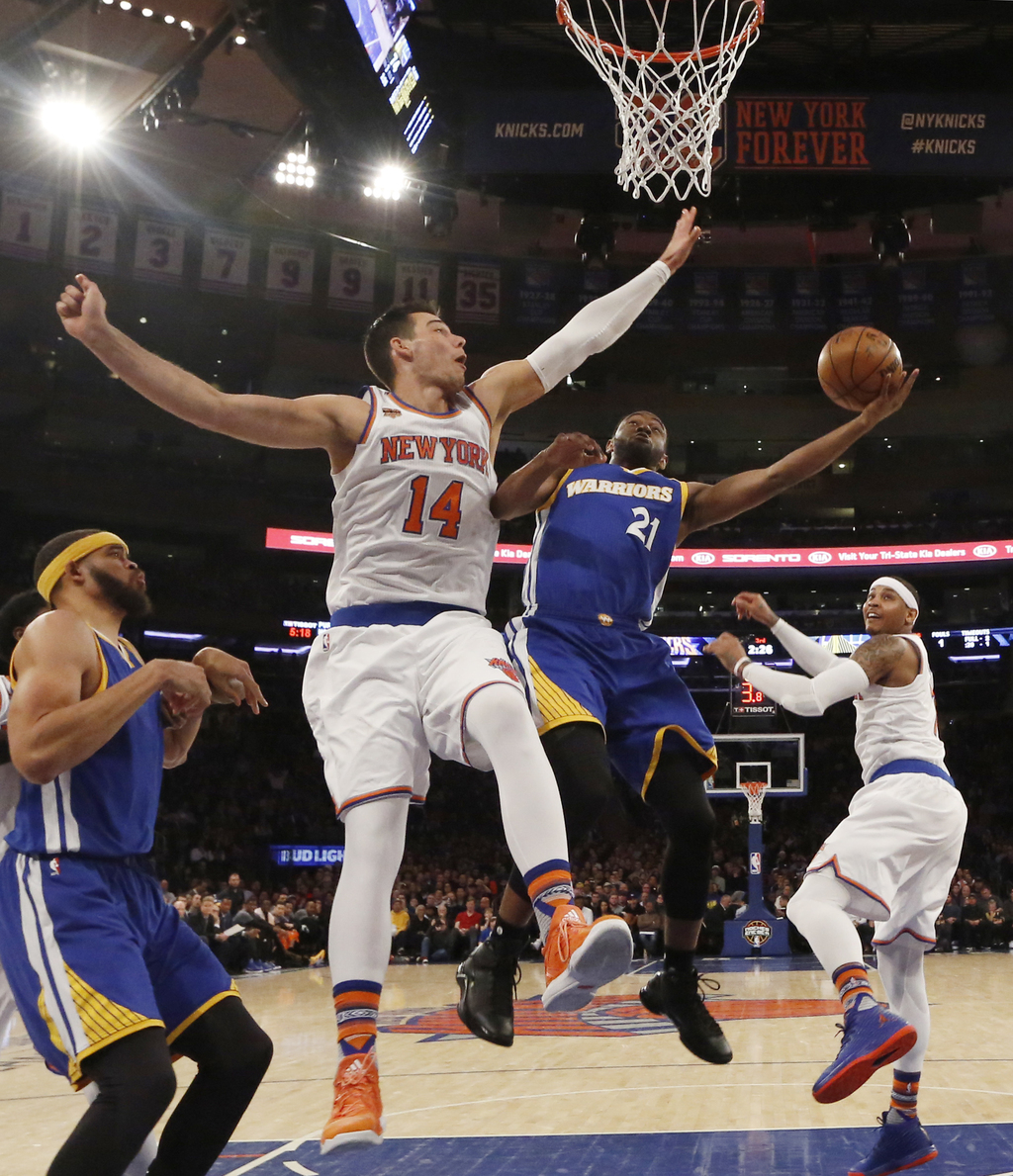 New York Knicks center Willy Hernangomez (14) defends Golden State Warriors guard Ian Clark (21) in the second half of an NBA basketbal...