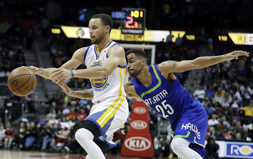 Atlanta Hawks' Thabo Sefolosha, of Switzerland, right, reaches for the ball dribbled by Golden State Warriors' Stephen Curry in the fou...