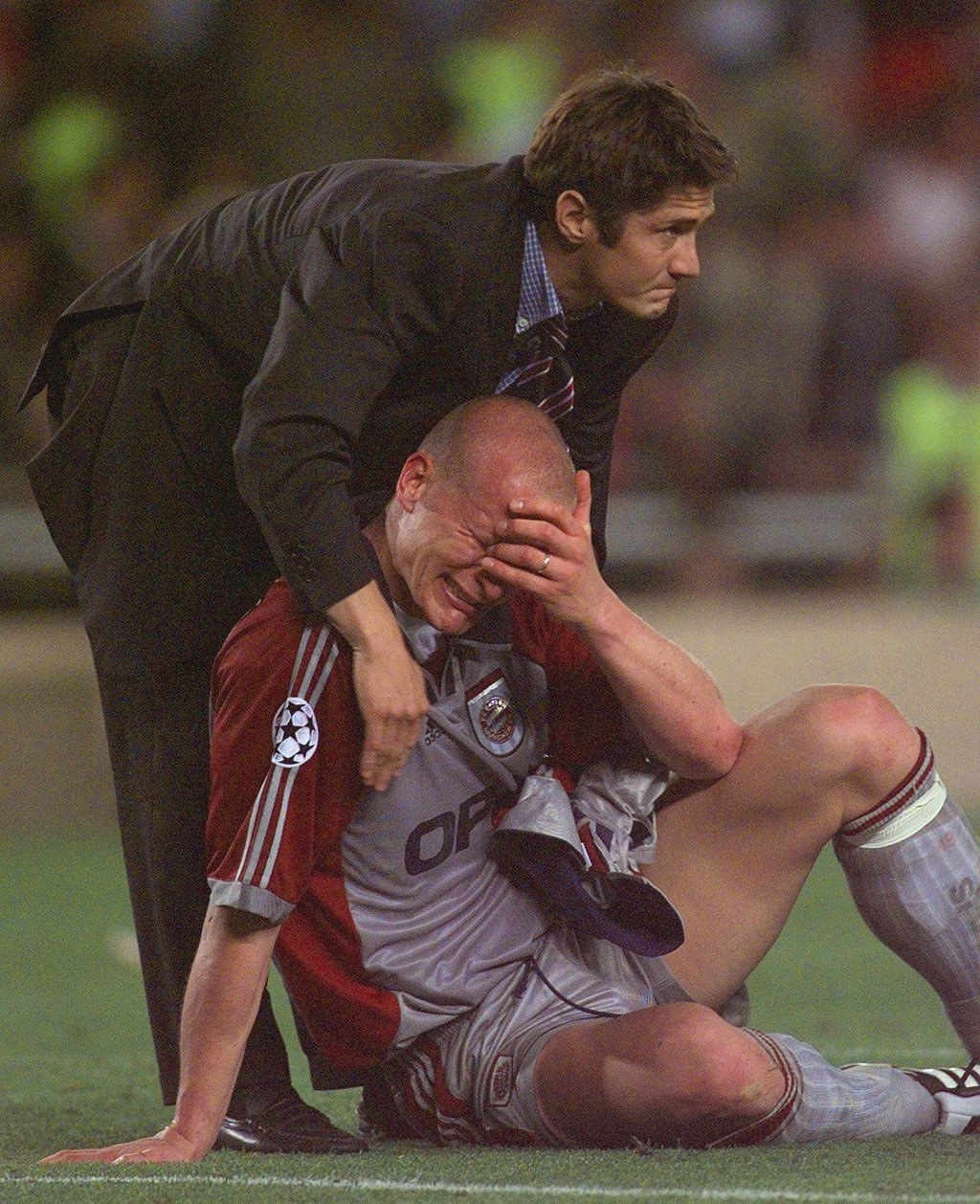 FILE - In this Wednesday, May 26, 1999 file photo, Bayern Munich's Carsten Jancker is consoled by non-playing teammate  Bixente Lizaraz...