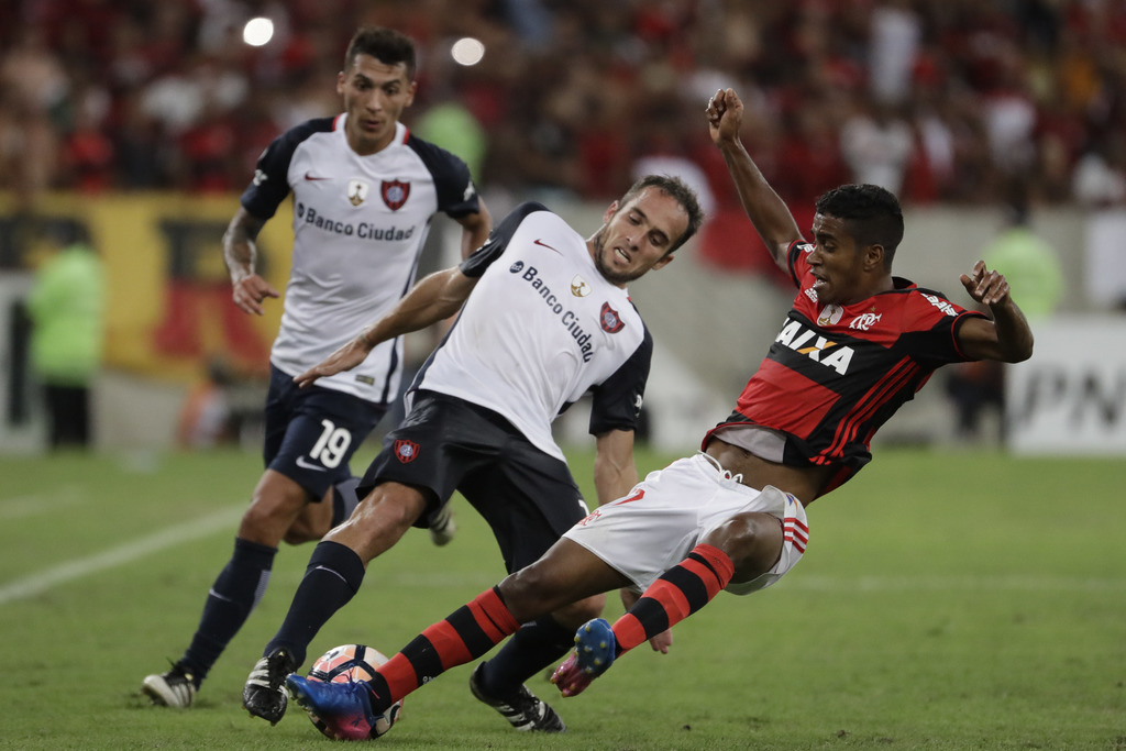Gabriel, of Brazil's Flamengo, right, fights for the ball with Fernando Belluschi, of Argentina's San Lorenzo, during a Copa Libertador...