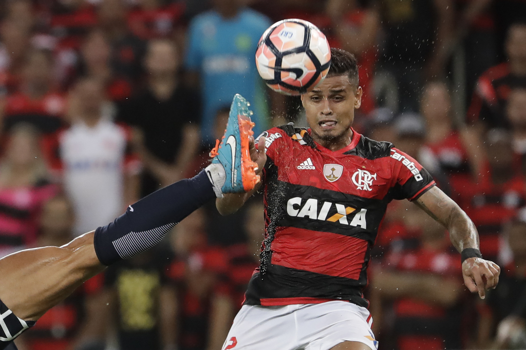 In this Wednesday, March 8, 2017 photo, Everton, of Brazil's Flamengo, right, fights for the ball with Marcos Angeleri, of Argentina's ...