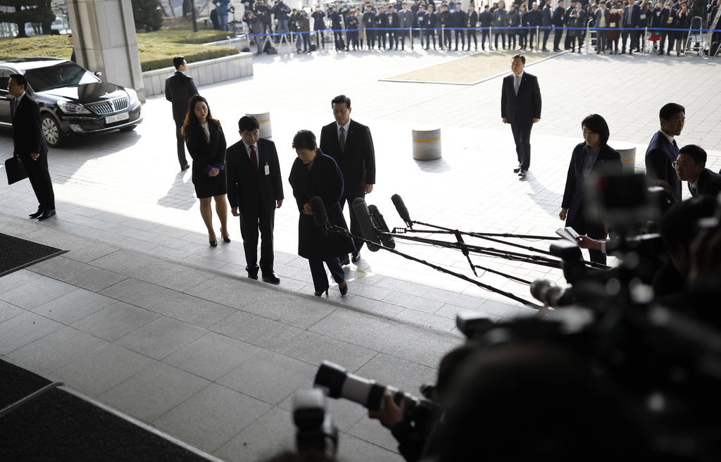 South Korea's ousted leader Park Geun-hye, center, arrives at a prosecutor's office in Seoul, South Korea Tuesday, March 21, 2017.  Par...
