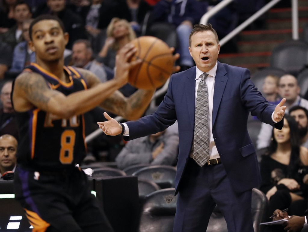 Washington Wizards head coach Scott Brooks, right, reacts during the first half of an NBA basketball game as Phoenix Suns guard Tyler Ulis (8) catches