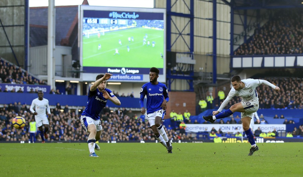 Chelsea's Eden Hazard, right, takes a shot on goal  during the English Premier League soccer match between Everton and Chelsea, at Goodison Park, in L...