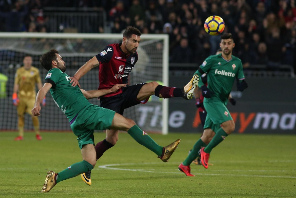 Cagliari's Artur Ionita, right and Fiorentina's Milan Badelj fight for the ball during the Italian Serie A soccer match between Cagliari and  Fiorenti...